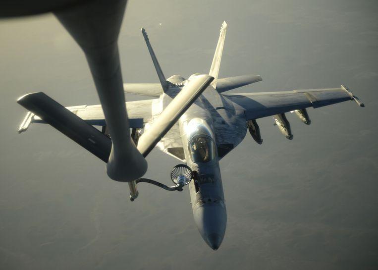 Een Amerikaans gevechtsvliegtuig dat bezig is met aanvallen op doelen van Islamitische Staat in Syrië tankt nieuwe benzine in de lucht. Beeld reuters