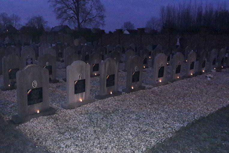 Aan de grafstenen van de oud strijders werden kaarsjes geplaatst.