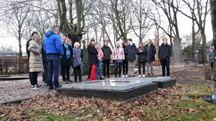 Familieleden Kortenhorst bij de graven van (over)grootvader T.M.  Kortenhorst, zijn vrouw en hun zoon, op de begraafplaats van Coudewater.