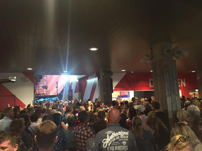 Publiek van Guus-concert in de gangen van het Philips Stadion.