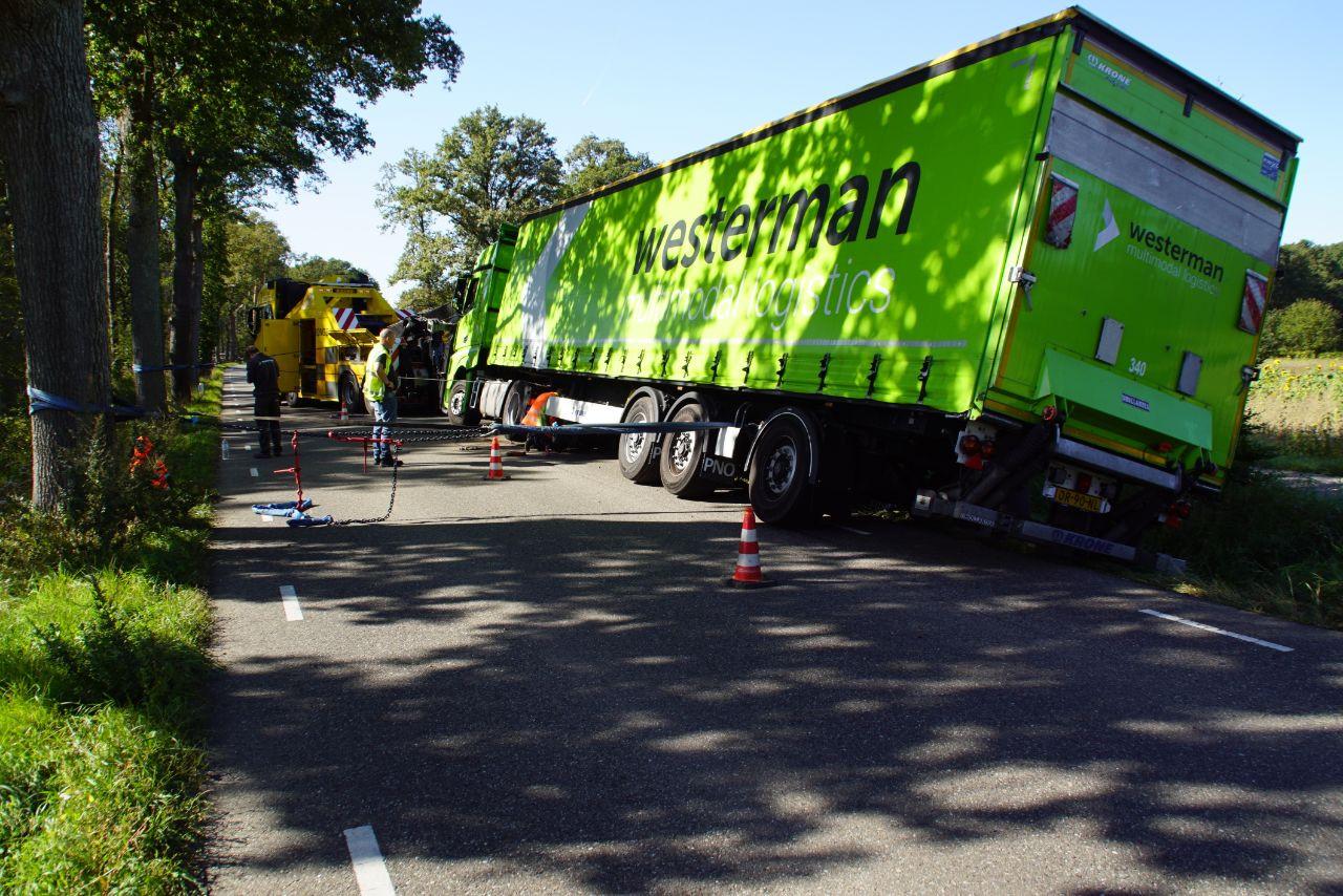 Een vrachtwagen is bij een uitwijkmanoeuvre in de berm van de Corleseweg weggezakt.