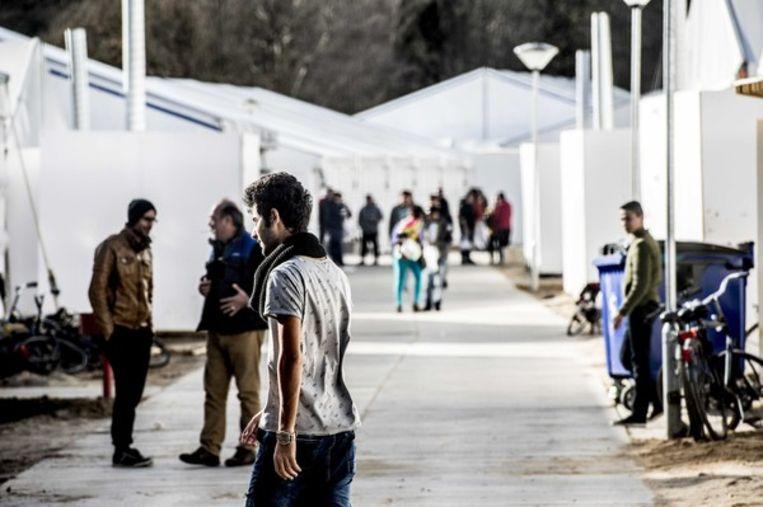 Vluchtelingen bij de tijdelijke noodopvang Heumensoord. Beeld ANP
