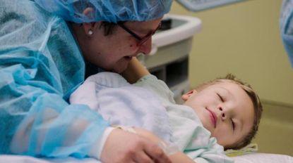 Moeilijk moment voor mama: kleine Mauro moet onder narcose in 'Helden van de Kinderkliniek'