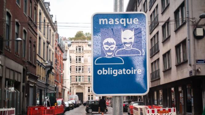 Borden mondmaskerplicht ludiek overplakt in Luik