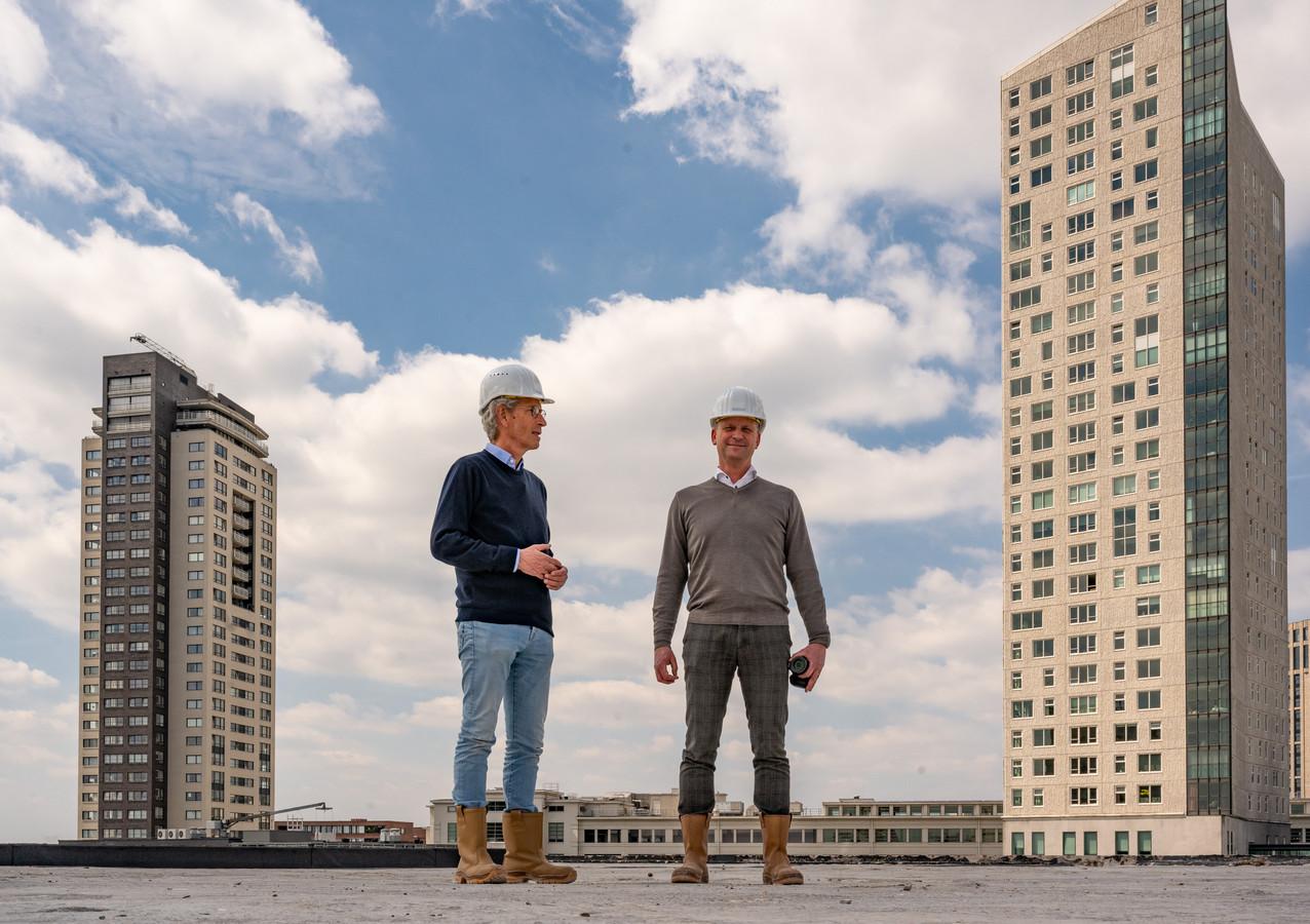 Georg van Hooijdonk (links, MN) en John van Geffen (abcnova) op het dak van de voormalige V&D aan de Rechtestraat in Eindhoven. Op de achtergrond de Regent (links) en de Admirant.