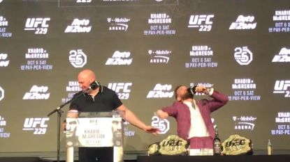 """De toon is gezet: doldwaze McGregor viert MMA-terugkeer met zware taal: """"Ik ga jou vernietigen, vuile rat"""""""