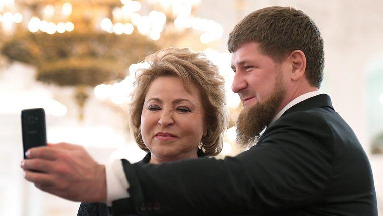 Ramzan Kadyrov, leider Tsjetsjenië, maakt een selfie met Valentina Matviyenko van de Federatieraad van Rusland. Beeld epa