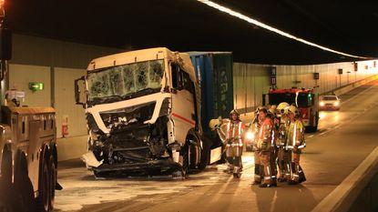 Verkeerschaos na botsing met vier vrachtwagens in Beverentunnel