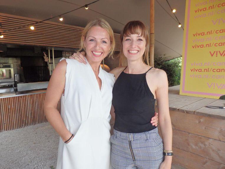 Viva-hoofdredacteur Debby Gerritsen: 'Een eigen toyline, hoe leuk is dat!' Met seksspeeltjesmaker Rianne Swierstra. Beeld Schuim