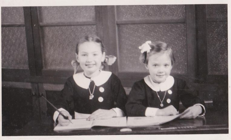 Monique (rechts) met haar oudere zus Liliane, die het bombardement niet overleefde.