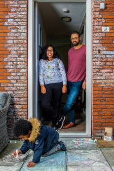 Rubinia zit met haar gezin thuis: 'Ik ontdek talenten waarvan ik niet wist dat ik ze had'