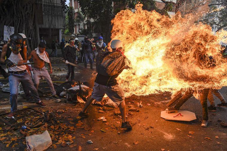 Naast de winnende foto hangt een bekroonde serie (3de prijs 'hard nieuws/series') van Schemidts landgenoot Juan Barreto. Beeld Juan Barreto/AFP