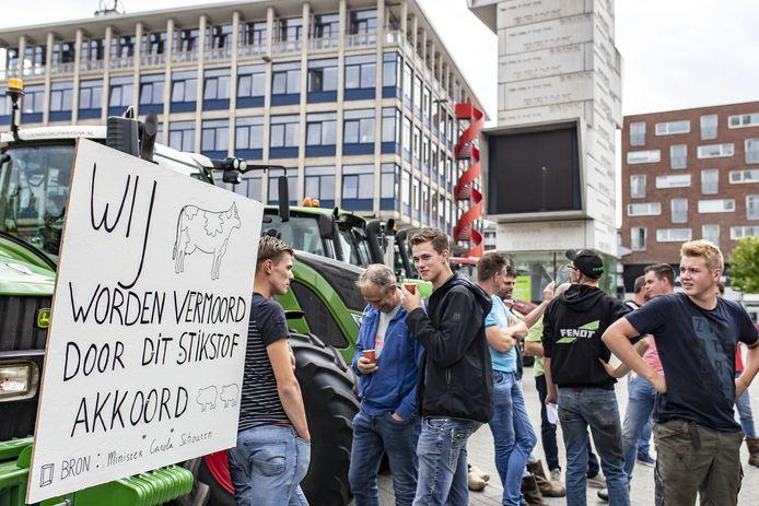 Boeren komen met 50 trekkers naar Hengelo om aangifte te doen tegen minister Carola Schouten van Landbouw