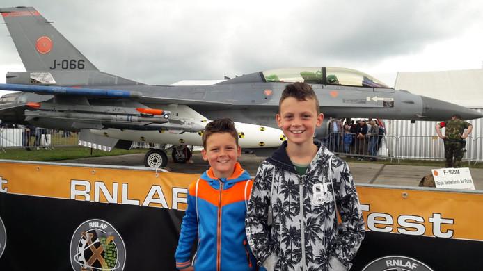 De broertjes Luuk en Joep voor de F16