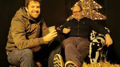 Hannes en Tim houden winterbar in tuin van de Kerstman