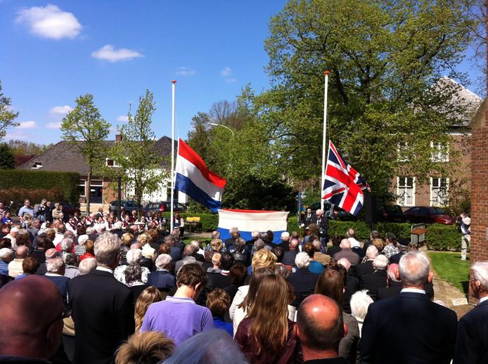 Bij de onthulling van het oorlogsmonument Ewijk waren ook Engelse nabestaanden aanwezig. Foto: Frank Houtappels/De Gelderlander