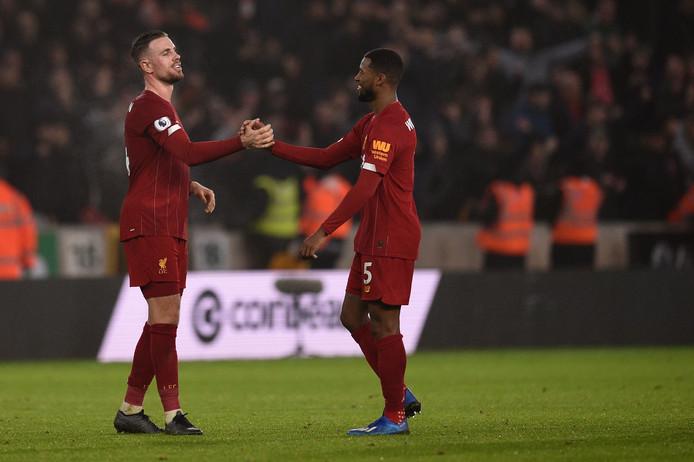 Liverpool-captain Jordan Henderson en Georginio Wijnaldum vieren de overwinning tegen Wolverhampton Wanderers.