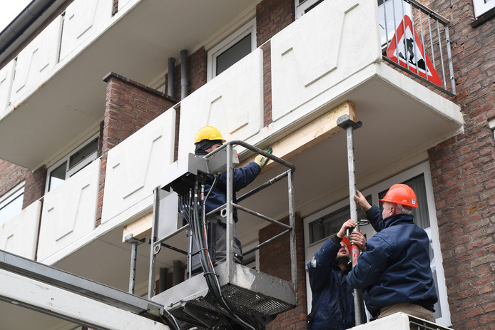 In Breda werden vrijdag met spoed 60 balkons gestut van na de oorlog gebouwde flats aan nadat onderzoek had uitgewezen dat er sprake is van betonrot.