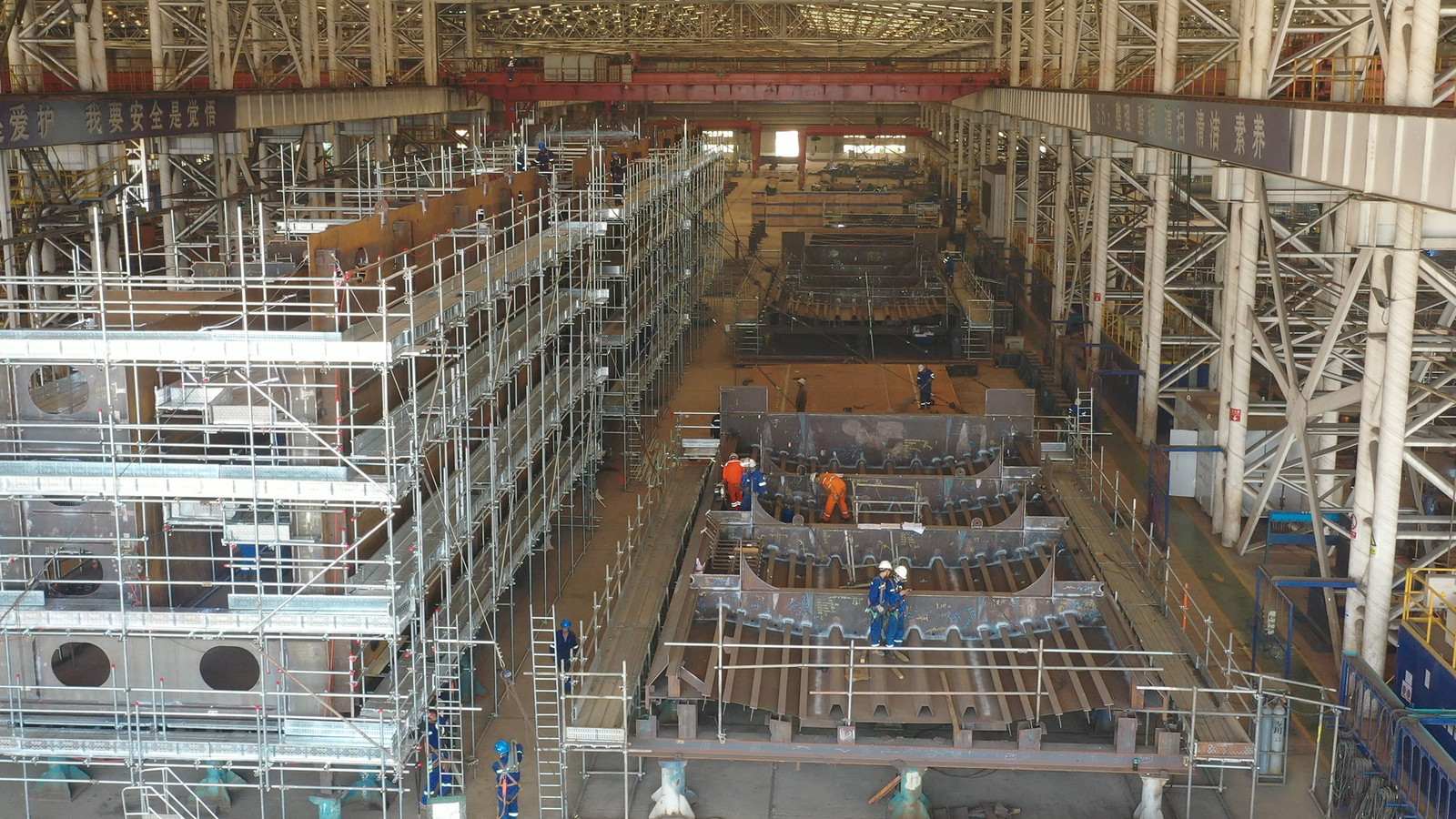 Stalen sluisdeuren en -brugdelen voor de Nieuwe Sluis bij Terneuzen in aanbouw bij PJOE in de vrij noordelijk gelegen Chinese havenstad Penglai.