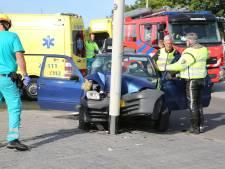 Automobiliste rijdt tegen lantaarnpaal in Roosendaal, bestuurster en bijrijder gewond