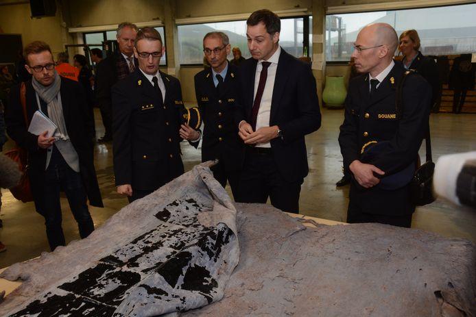 Minister De Croo bekijkt dierenhuiden waarin de douane een paar honderd kilogram aan cocaïne vond.
