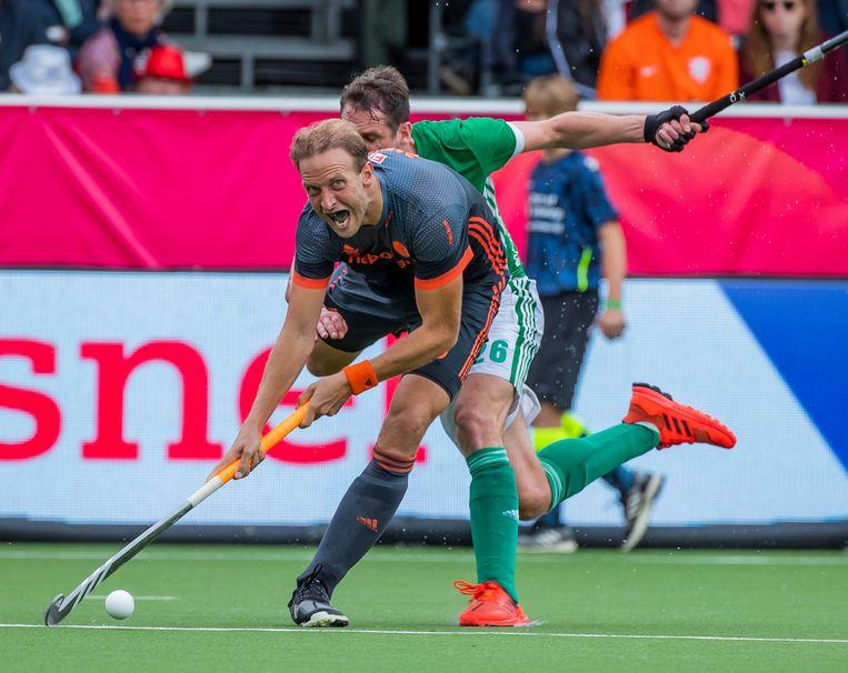 Billy Bakker in duel met Paul Gleghorne van Ierland tijdens de wedstrijd op het Europees kampioenschap. Beeld ANP