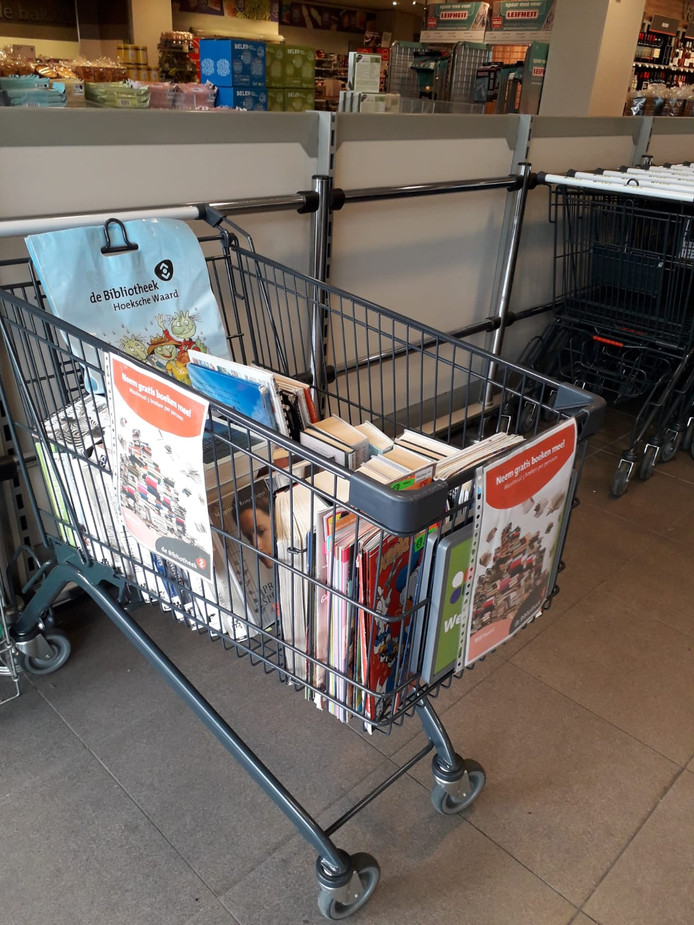 In de Plus Supermarkt in Klaaswaal staat een winkelwagen vol boeken klaar.