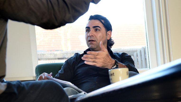 Maatschappelijk werker Celal Altuntas in gesprek met een cliënt. Beeld Marcel van den Bergh