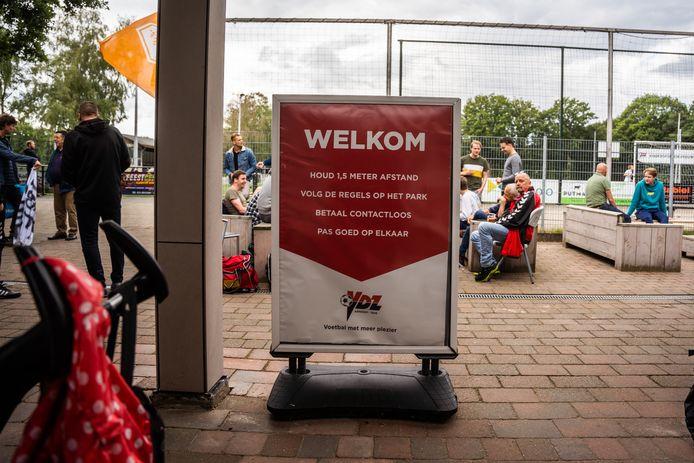 Toen publiek nog welkom bij een amateurwedstrijd, zoals hier bij de Arnhemse derby tussen VDZ en SML. Inmiddels zijn de coronaregels verder aangescherpt.
