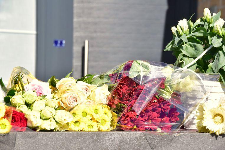 De bloemenpracht staat in schril contrast met het kille van de verzegelde woning.