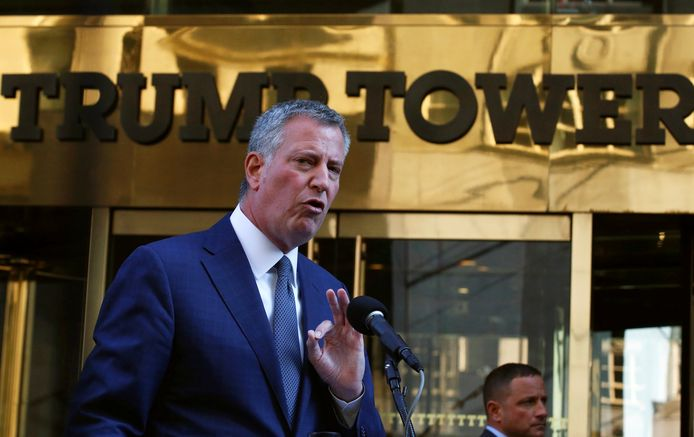 De New Yorkse burgemeester Bill de Blasio voor de Trump Tower in New York.