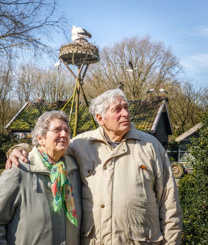 Els en Frits Koopman van ooievaarsstation De Lokkerij in De Schiphorst maken zich op voor een weekendje ooievaars tellen.