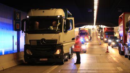 Drie vrachtwagens komen met elkaar in aanrijding in Beverentunnel