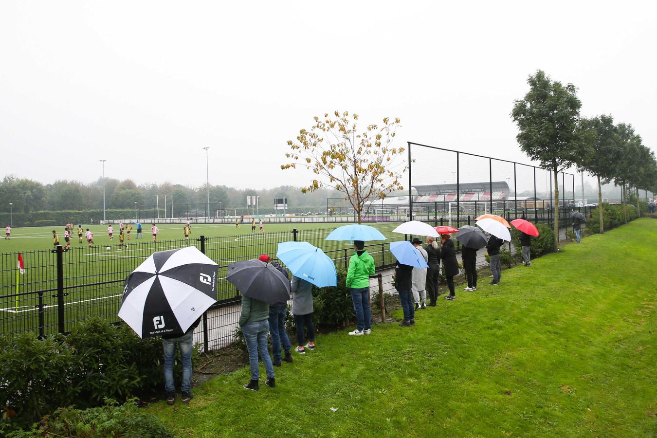 Ouders langs het veld bij voetbalvereniging Sparta Rotterdam.