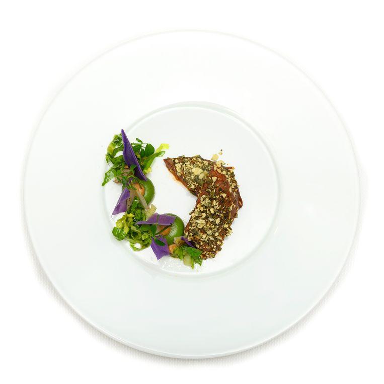 Houtduif - Gepekeld en gerookt, pompoenpitten, bavarois van andijvie, geroosterde sjalot en paarse aardappel Beeld Els Zweerink