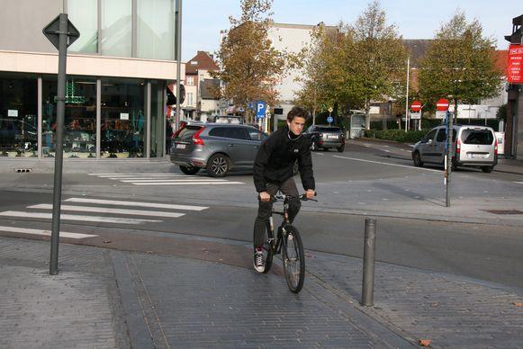 Veel weggebruikers houden zich niet aan de regels op de ovonde in het centrum van Kapellen.