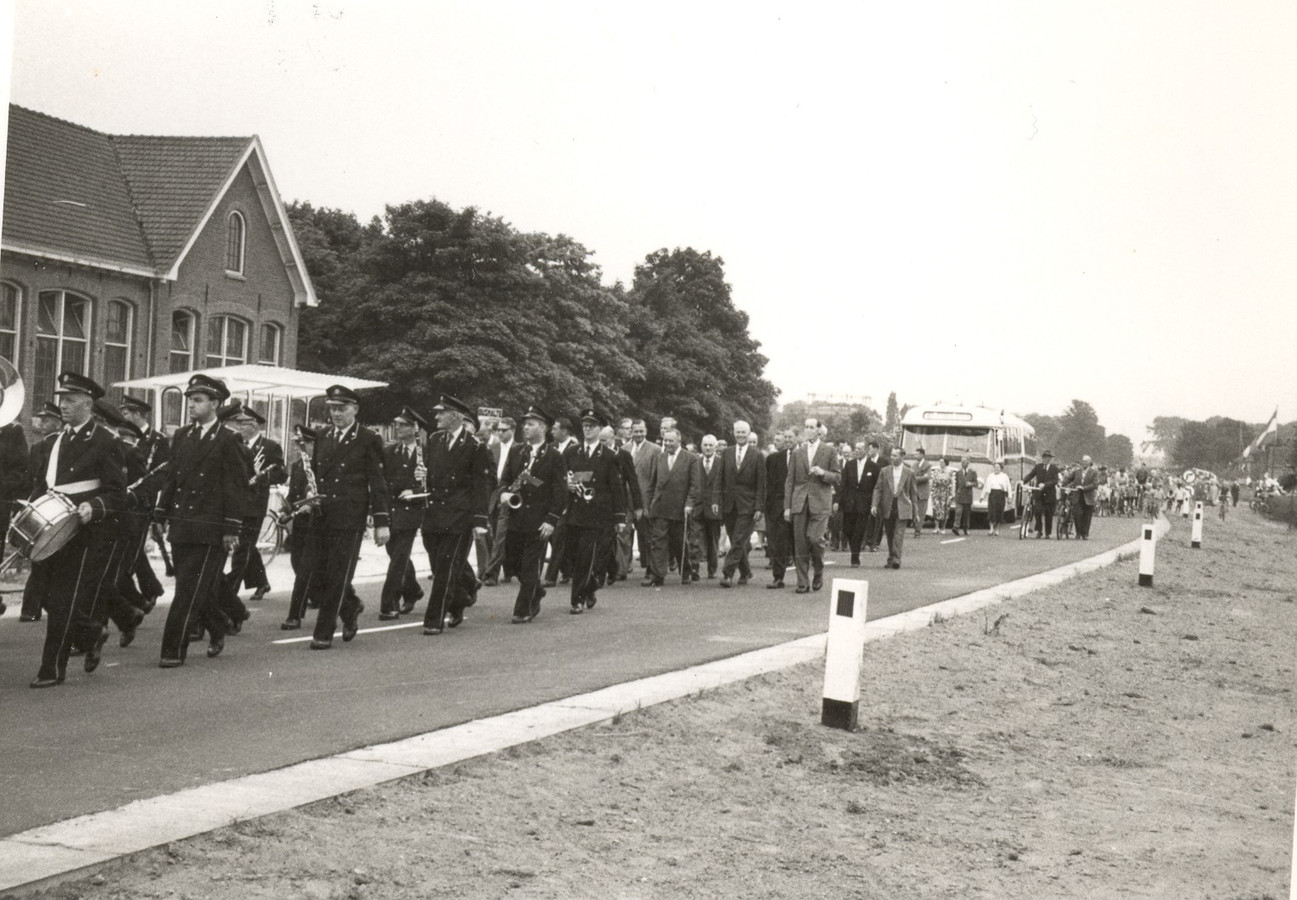 De opening van de Burgemeester De Bruinstraat Dieren op 6 juni 1959.
