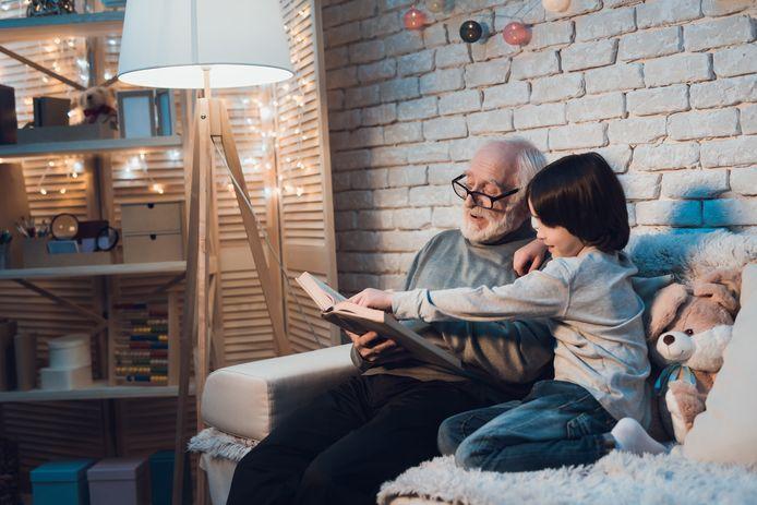 Voorlezen. Dicht bij opa wanneer het binnenkort weer mag.