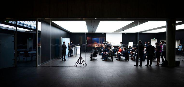 Hoekstra van en Van Nieuwenhuizen tijdens de persconferentie. Beeld