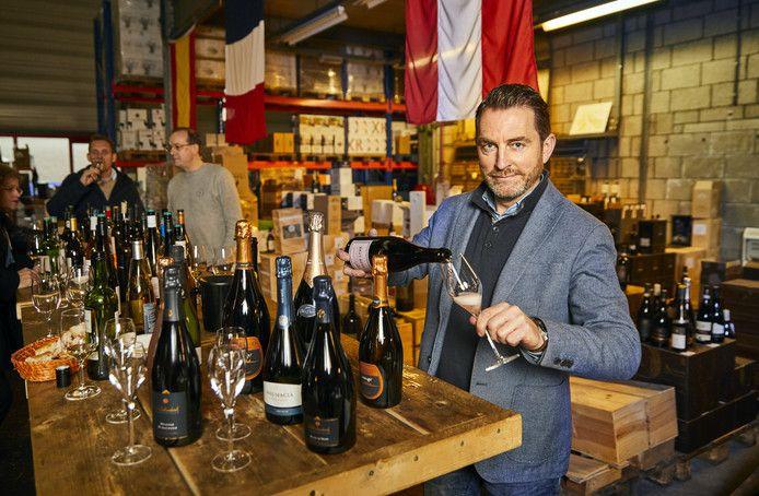 ,,Champagne is een mooie, maar complexe drank'', zegt Lammert Wiegmink. Bij de vettige en zoete oliebollen met poedersuiker adviseert hij daarom een Italiaanse dessertwijn.