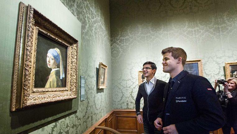 Schaakgrootmeesters Anish Giri (l) en Magnus Carlsen tijdens een bezoek aan het Mauritshuis, gisteren Beeld anp