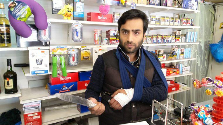 Winkeluitbater Assad toont hoe groot het mes was waarmee de overvalster kwam binnengestormd.