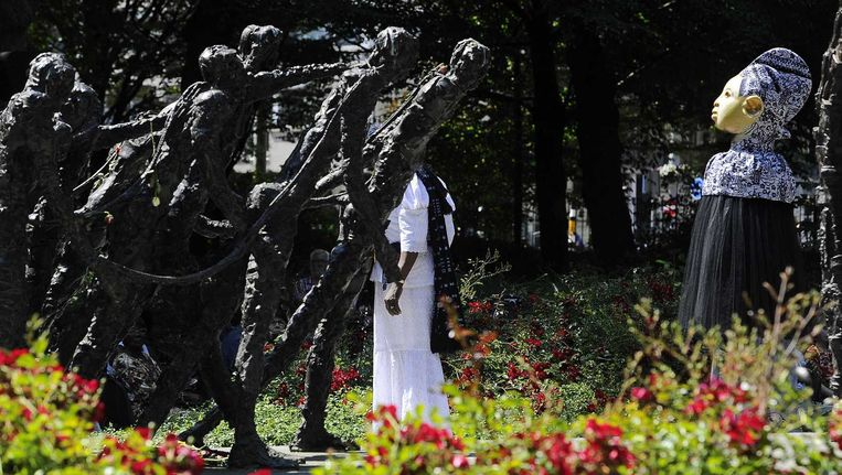 Bij het Monument van het Nederlands Slavernijverleden en Erfenis van kunstenaar Erwin de Vries in het Oosterpark in Amsterdam wordt een plengoffer gebracht. Beeld anp