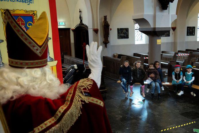 Sint is in de kerk in Acht. hij ontvangt daar kinderen uit Acht en die in Acht op school zitten. Via tijdslots kunnen zij op bezoek.