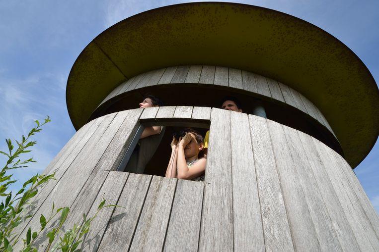 Vreugderijkerwaard bij Zwolle, gezin in de vogelkijkhut.  Beeld Natuurmonumenten - Martin van Lo