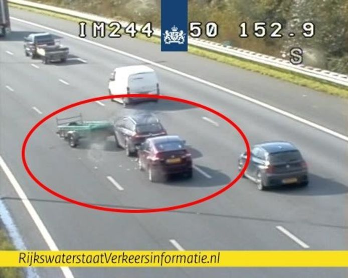 Een personenwagen is op de A50 tegen een losgeschoten aanhanger gebotst.