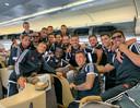 Het team van Juventus met Matthijs de Ligt (links achter) in het vliegtuig naar Singapore. Juventus speelt daar morgen (13.30 uur) tegen Tottenham Hotspur.