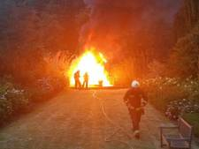 Kunststof vlonder in lichterlaaie door smeulende vuurkorf