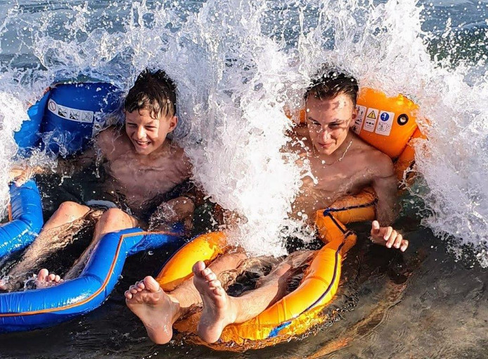Deze twee kleinzoons van deze fotograaf houden wel van een avontuur. Ondertussen genieten ze van de afkoeling van het water.