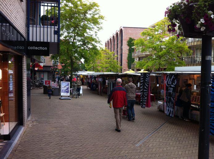 De zaterdagmarkt is sinds enkele jaren deels verplaatst naar het winkelhart van Nijverdal. Moeten die kramen straks wel weer terug naar de Markt?